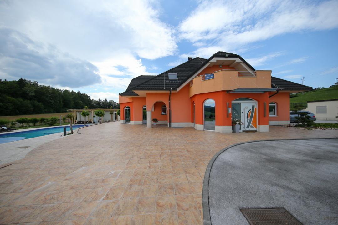 Najbolj luksuzna hiša v Sloveniji, v mirnem naselju le streljaj od Ljubljane